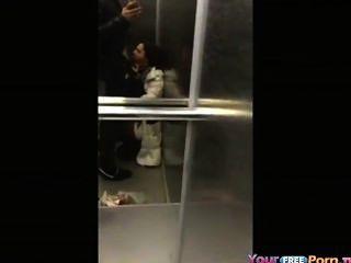 Teen saugt Hahn in einem Aufzug