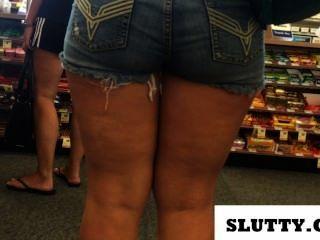 große Beute in kurzen Jeans
