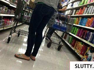sexy MILF in engen Jeans zu Fuß
