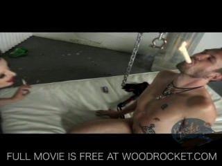 Kinky Fetisch Mädchen verhaut ihn und raucht