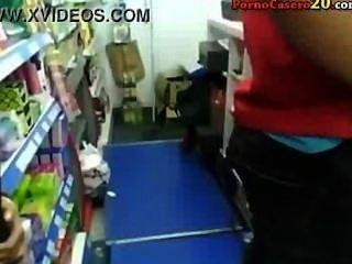 mamada completa de una jugendlich morena en una tienda