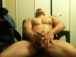 heiße Muskel Kerl zeigt ab und Cums auf Webcam