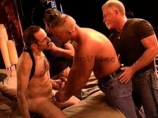 4 muskulösen reifen Jungs haben eine cbt Orgie.