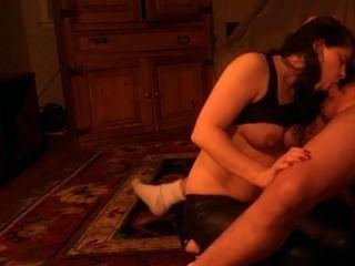 Schlampe Swinger Frau saugt einen Schwanz trocken und bekommt einen großen Gesichts-