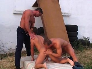 zwei sexy Bullen haben einen Kerl