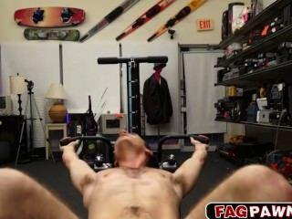 nackt Kerl zeigt seine Trainingsgeräte, bevor er gefickt