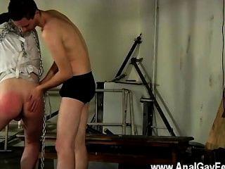 Homosexuell Sex der entzückenden jugendlichem Twink in einem Zwangsjacke Aussetzung