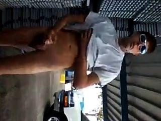 hot guy Zuckungen und Cums im Freien in öffentlichen