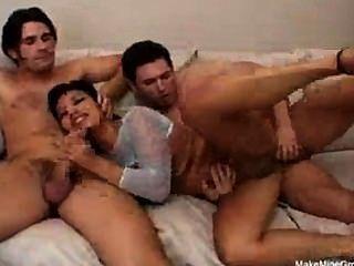 Mädchen liebt Sperma in alle Löcher !!