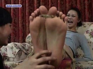 asiatische Füße gekitzelt