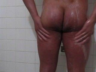 ehrfürchtigen Körper Kerl nimmt eine Dusche und abspritzt