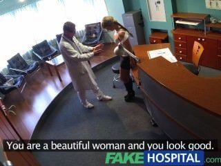 fakehospital Dame saugt Hahn auf medizinische Rechnungen zu speichern