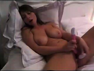 Brunette Babe mit riesigen natürlichen Titten dildoing