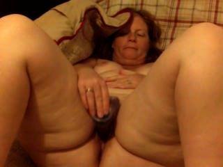 große ass roten Kopf Frau Milf masturbiert mit einem Dildo