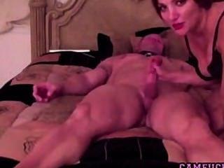 heiß und geil Milf fickt ihren Mann vor der Webcam