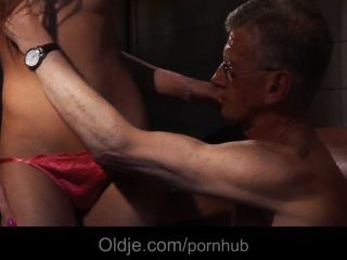 Oldman bonks den Arsch eines nuttig junge Mädchen Reinigung