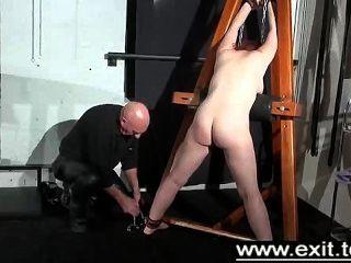 tina gefangen und in einem Kerker bestraft