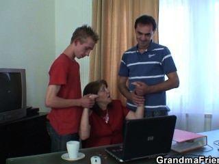 Treffen im Büro endet 3some ficken