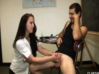 Lehrer straft Schüler mit einem Melken