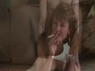 Sissy Ausbildung - sexy MILF Raucher macht Homosexuell Sex beim Bumsen genießen