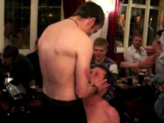 str8 Fußballer in einem Pub Streifen