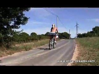 nackt in der Öffentlichkeit und schmutzig Radfahren