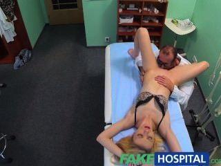 fakehospital Ärzte orale Massage gibt dünne Blondine ihren ersten Orgasmus in y