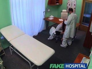 fakehospital sexy Absolvent erhält für einen Job auf Ärzte Schreibtisch geleckt und gefickt