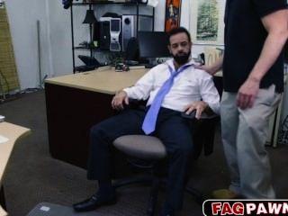 Mann mit einem Bart in den Arsch für etwas Bargeld gefickt