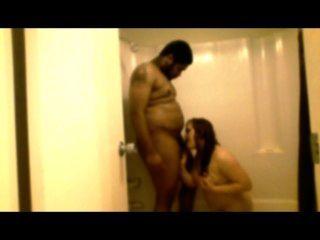 nuttig Frau gibt in dem Duschkopf