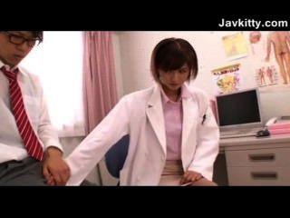 eine junge japanische weibliche Arzt