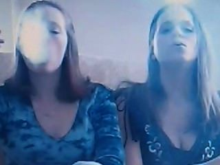 monica und Freund tun Rauch Tricks