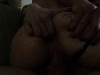 Meine Frau reitet meinen Schwanz, während ich sie in den Arsch Finger