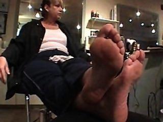 reife Dame mit kurvigen hohe gewölbte Füße Sohlen