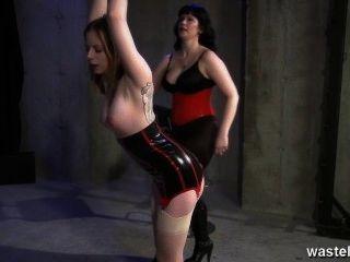 tätowierten Slave ist durch ihre dominante Herrin hart gepeitscht