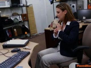 vollbusige Geschäftsfrau absaugt Pfandleihe Eigentümer für ein Ticket