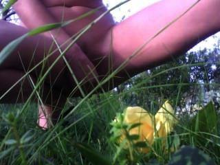 mich mit Vibrator im Garten