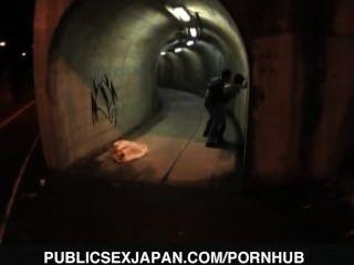 yuka Kurihara ist Hündchen im Tunnel gefickt