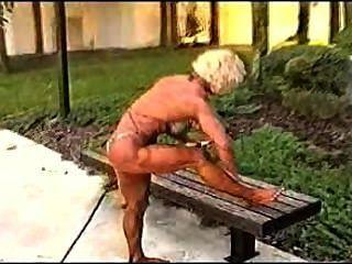 Muskel grand ma ihre erstaunliche Körper ölen