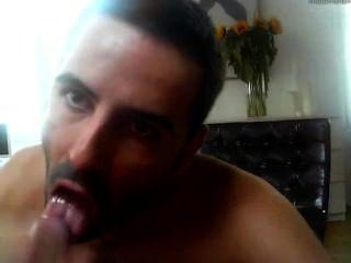ein sehr heißer Kerl bläst und isst cum