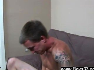 Twink Sex, als er seinen Meißel nach unten auf die Couch Boden erreichte colin