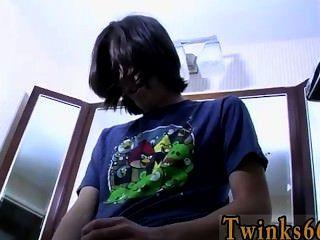 Hot Twink Szene wurde das Bad danach durchnässt waren so seine Kleider