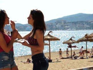 zwei spanische Mädchen rauchen