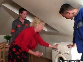 einsame Oma breitet Beine für zwei repairmen