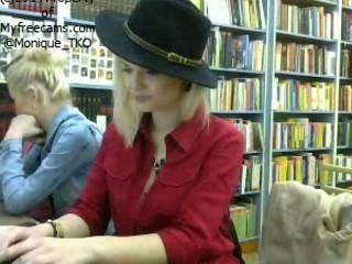 ce fac romancele in biblioteca 2