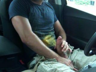 Hunk zuckt in seinem Auto in der Öffentlichkeit