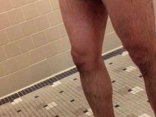 hot braun Hahn in der Turnhalle Duschen