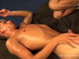 zwei sehr gut aussehender junger Männer european eine komplette Show auf cam geben