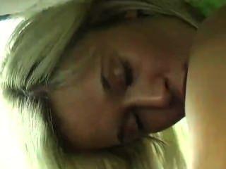 Teenager in dem Auto masturbiert