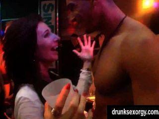 herrlich Nymphomanin wird in einem Club gefickt